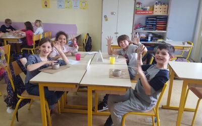 Les CE2 en atelier poterie